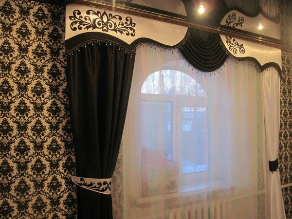 Богатство интерьера дополнено вискозными шторами и необычным ламбрекеном