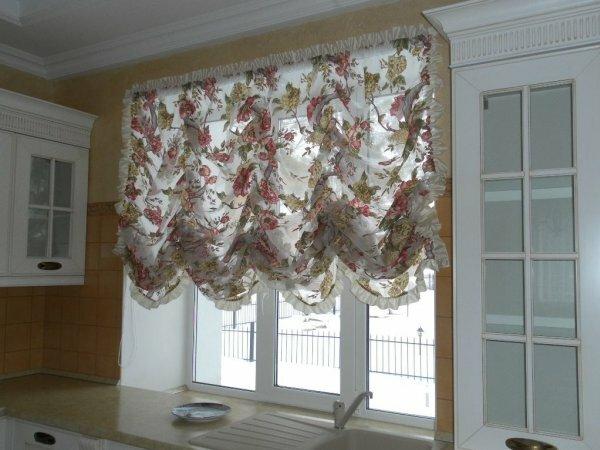 В интерьере теплые оттенки выгодно обыгрывают окно кухни в австрийском стиле