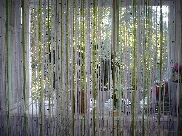 Двухцветные нитяные шторы, декорированные цветными стразами, подойдут для незагруженного интерьера