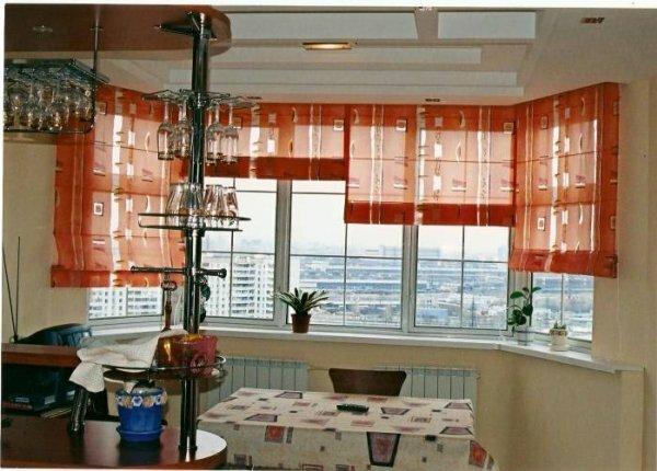 Вариант потолочного крепления рулонных занавесей зрительно удлиняет потолки
