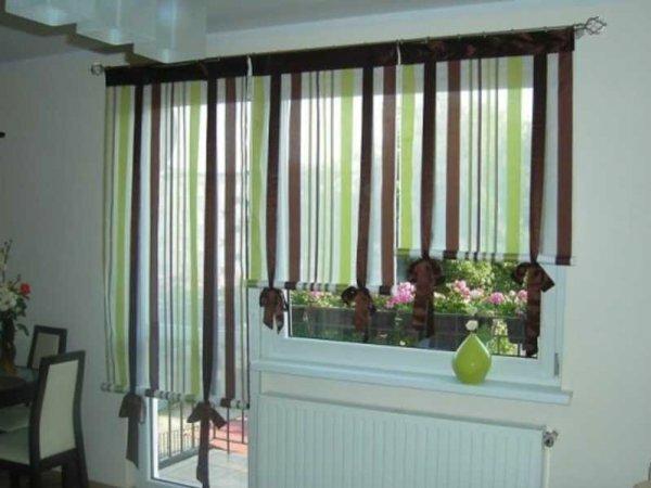 На фото кухня с балконом, а к ней занавеси с независимыми друг от друга панелями