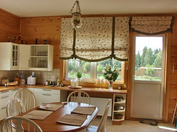 Романтическую кухню на даче или в доме за городом дополнят шторы в стиле прованс