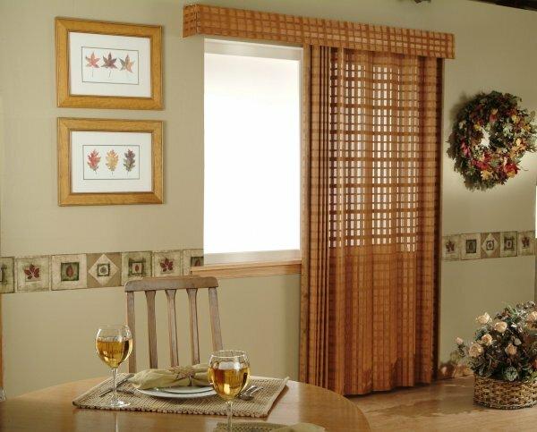 Кухня с балконной дверью – акцент сделан на узор в виде клетки