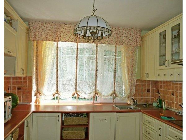 На фото пример прозрачной занавеси, объединенной ламбрекеном
