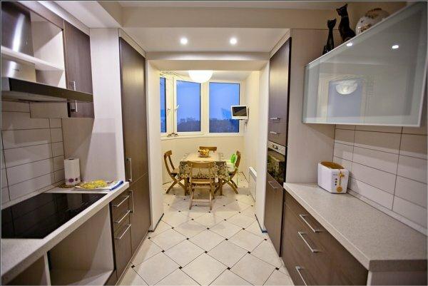 Идея для дизайна длинной кухни, совмещенной с маленьким балконом
