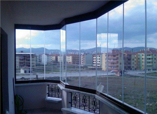 На фото оригинальная отделка панорамного балкона