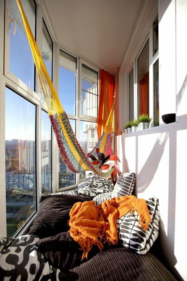 На панорамном балконе также можно устроить место для отдыха