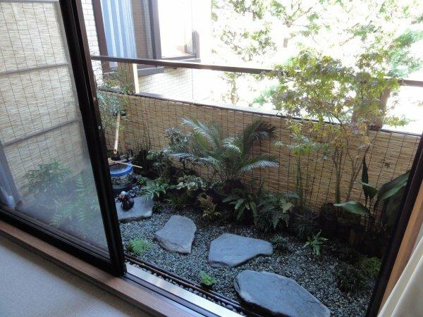 Маленький балкон может превратиться в садик, как на фото