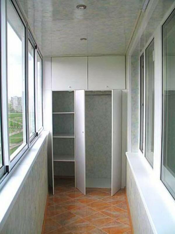Балкон можно превратить в мини-гардеробную