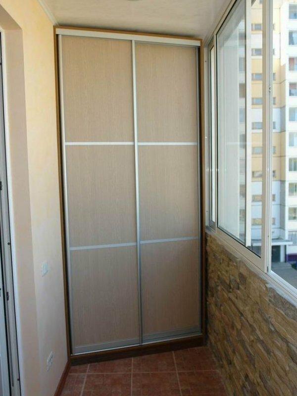 Для экономии пространства установите на узком балконе шкаф-купе