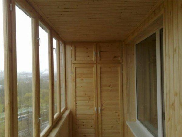 Встроенный деревянный шкаф – балконная классика