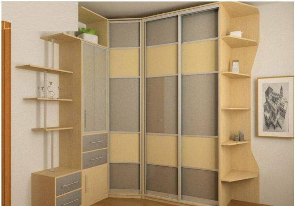 Открытые полочки помогают сгладить угловатые боковые стенки