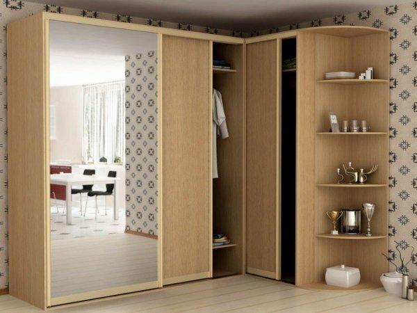 Зеркальный шкаф – не только практичный вариант для прихожей, но и выигрышный дизайнерский ход