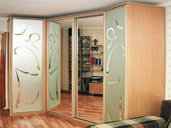 Строгий дизайн шкафа смягчает красивый узор на стекле