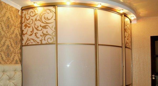 С помощью подсветки и декоративных элементов радиусные шкафы подойдут даже для прихожей, оформленной в парадном классическом стиле, как на этом фото