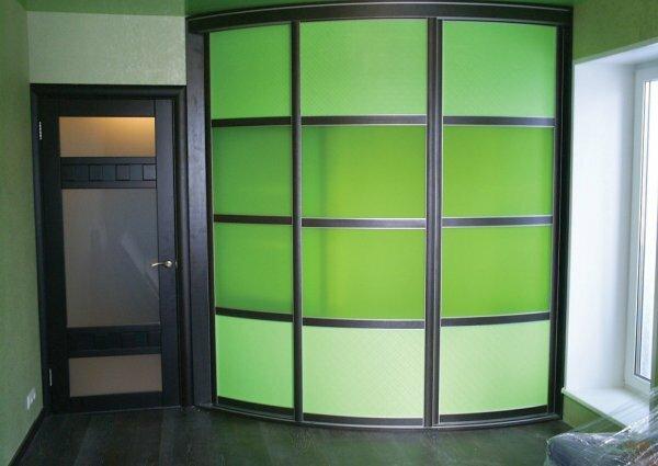 Угловой радиусный шкаф сделает типовую планировку более интересной