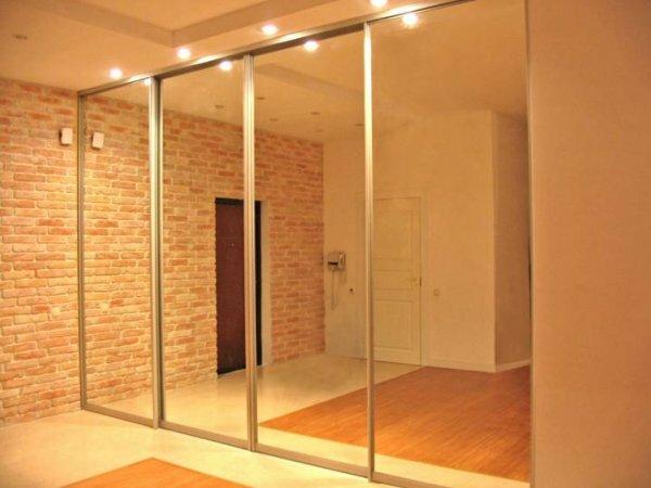 Встроенный шкаф-купе с зеркалом, как на фото – функциональное и стильное решение