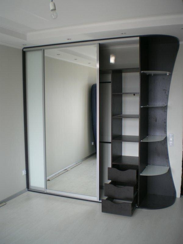 Компактный и функциональный шкаф-купе с зеркалом