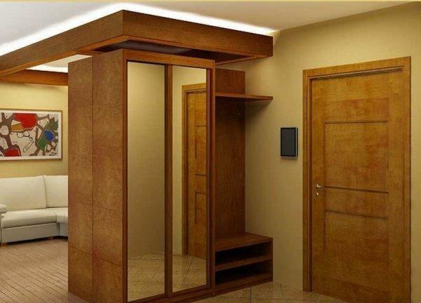 Шкаф поможет разделить пространство прихожей и гостиной в квартире-студии