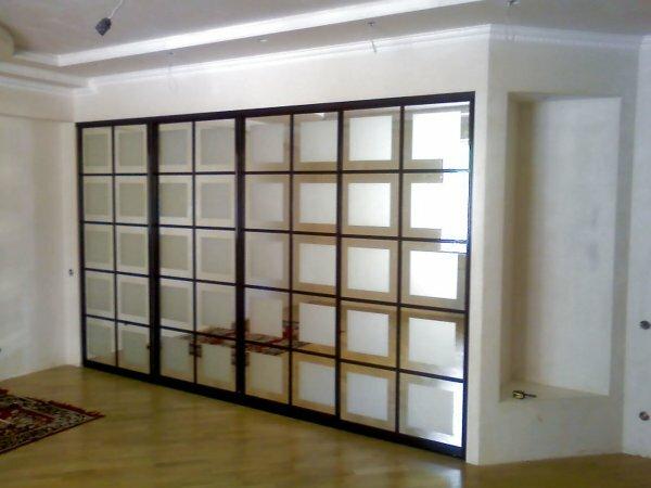 В просторной квартире можно вместо сплошной зеркальной поверхности выбрать оригинальный дизайн створок, как на фото, или разработать его самим