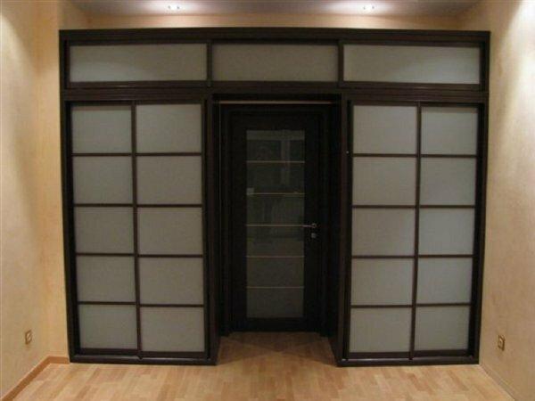На этом фото очень практичное и оригинальное решение - размещение встроенного шкафа прямо в околодверном пространстве