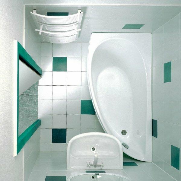 На фото пример использования контраста цветов для придания дизайну маленькой ванной комнаты изюминки