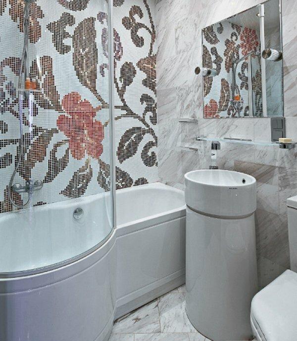 На фотографии нестандартное решение – цветок из мозаики в ванной