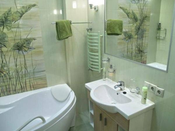 На фото зеленая итальянская плитка в маленькой ванной