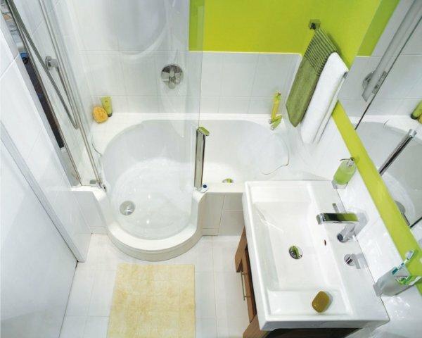 Светлая керамическая плитка – идеальное решение для маленькой ванной комнаты, а присутствие насыщенного зеленого цвета сделало дизайн более интересным