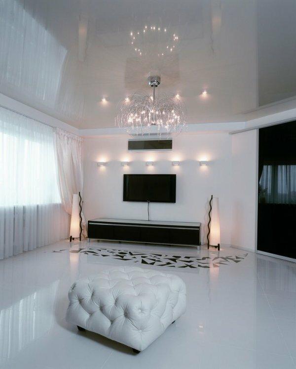 Белый глянец на потолке смотрится элегантно