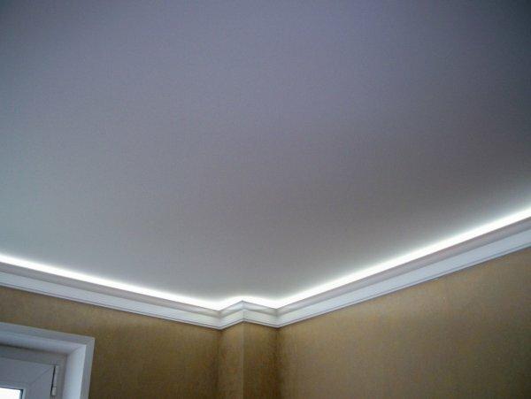 На фотографии белые матовые потолки с интересной подсветкой