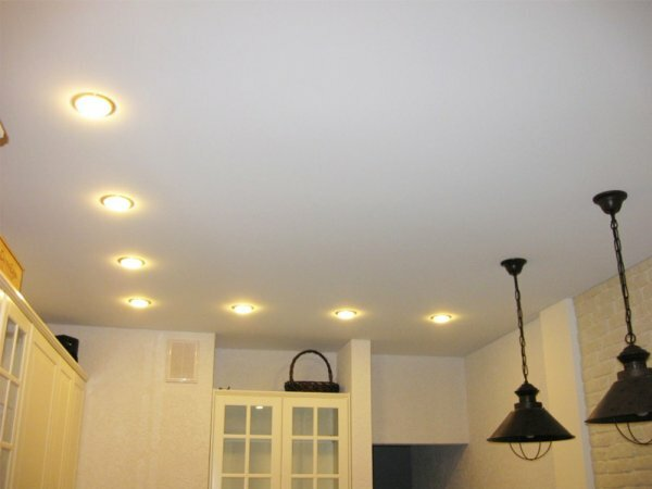 Фотография матового натяжного потолка с встроенной подсветкой