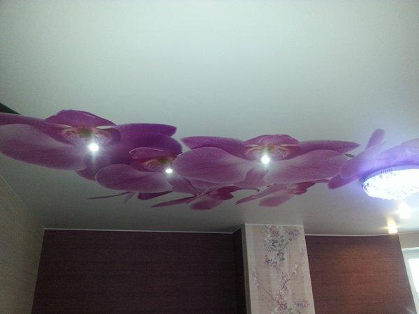 На фото оригинальное решение – лампы внутри цветочных бутонов