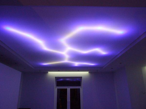 Подсветка в виде молнии на матовом натяжном потолке – самое красивое решение