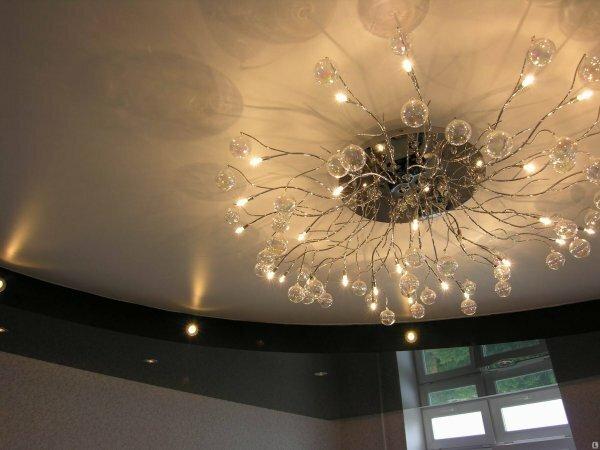Необычная люстра в сочетании с глянцевым натяжным потолком