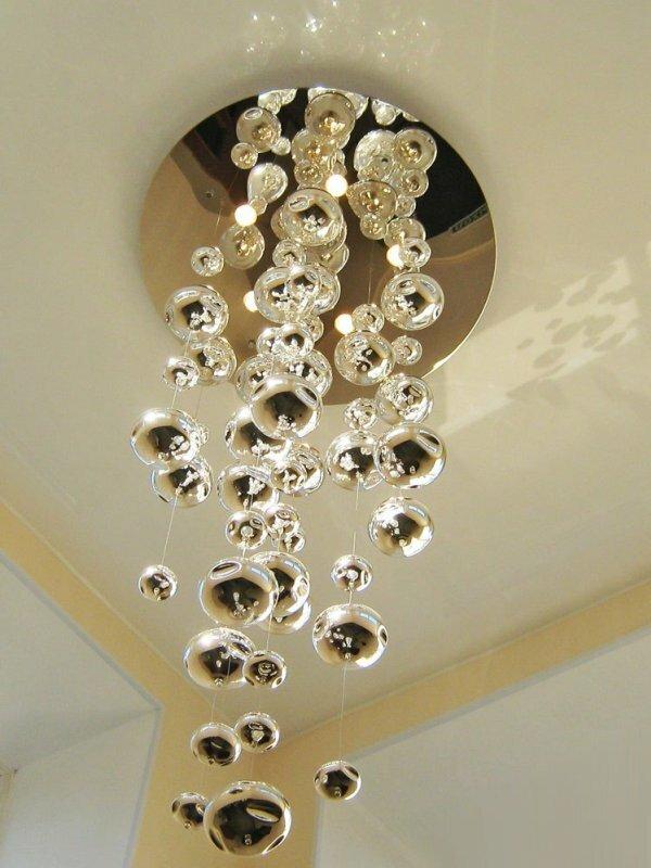 Фотография люстры, которая буквально «вырастает» из натяжного потолка