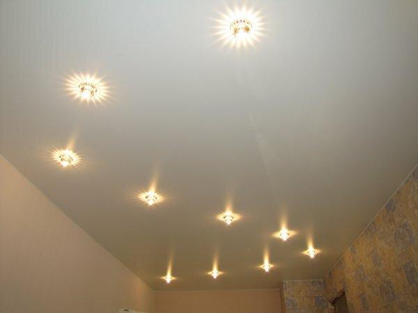 На фото зигзаг из светильников – оригинальная альтернатива люстре