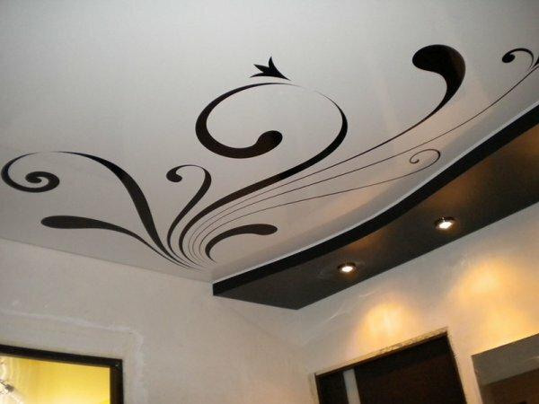 Фотопечать с венлезями – на фотографии пример лаконичного оформления одноуровневого потолка в зале
