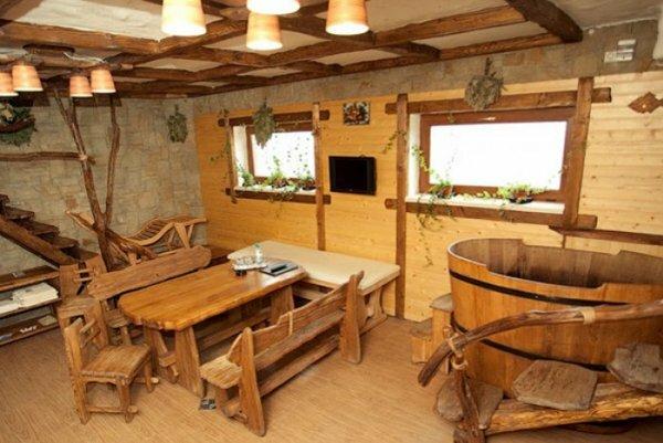 Красивая деревянная мебель дополняет уютную обстановку