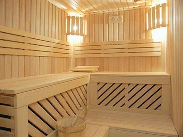 На фото баня с небольшой площадью, она подойдет для нескольких человек