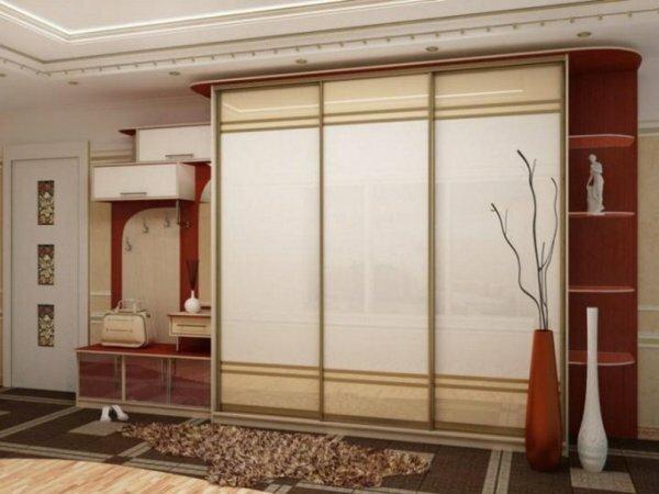 Удачное цветовое решение визуально увеличивающее пространство коридора