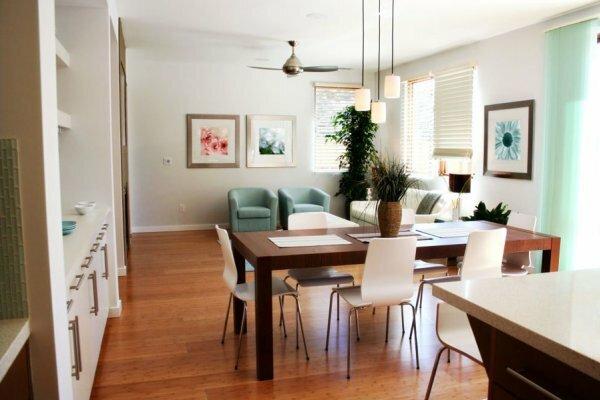 Островок обеденного стола, разделяющий рабочую и гостевую зоны