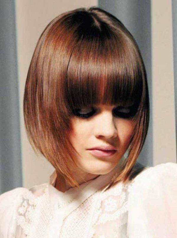 Каре на волосах средней длины с прямой челкой разной длины