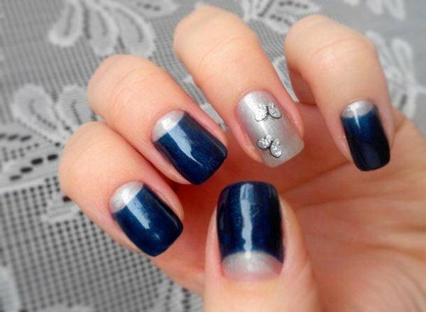 Сине-серый маникюр с нежным рисунком-бабочкой