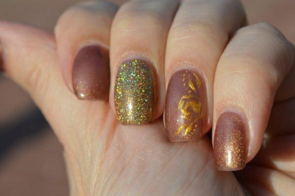 Матовый коричневый нейл-арт с цветными блестками