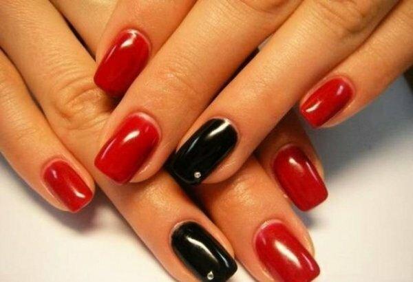 Однотонный красно-черный маникюр – просто и роскошно