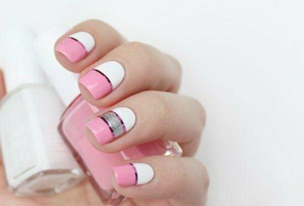 Бело-розово-серый маникюр с полосками из фольги