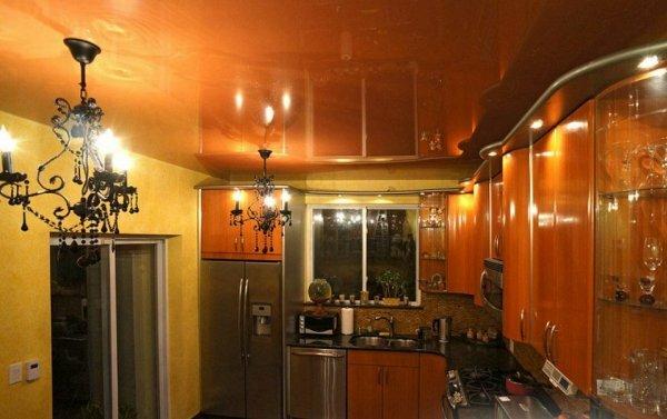Одновременное использование люстры и точечных светильников в интерьере