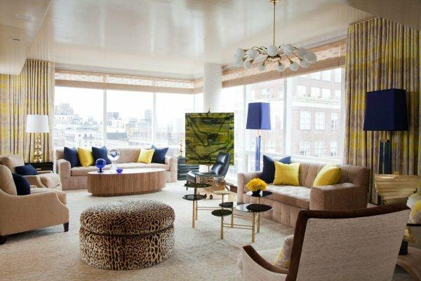 Эффектные и разноплановые люстры в интерьере гостиной