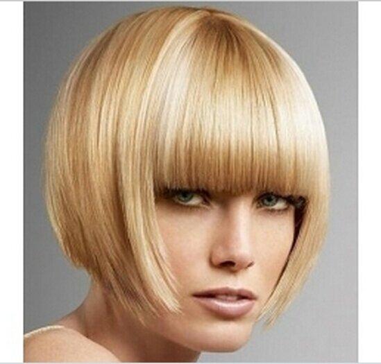 Кроткое удлиненное каре с длинной густой челкой на прямых густых волосах – отличное решение для овального лица
